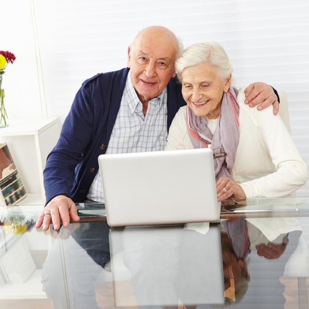 Paar Senioren surft gemeinsam am Computer im Internet