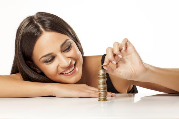 kobieta liczy pieniądze