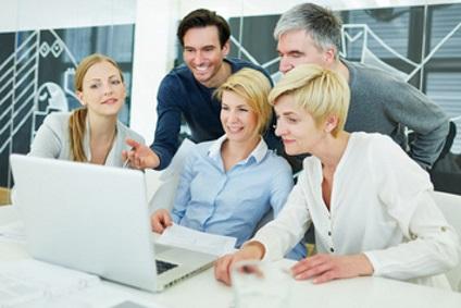 grupa przy komputerze