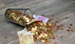 Monty i banknoty euro na stole