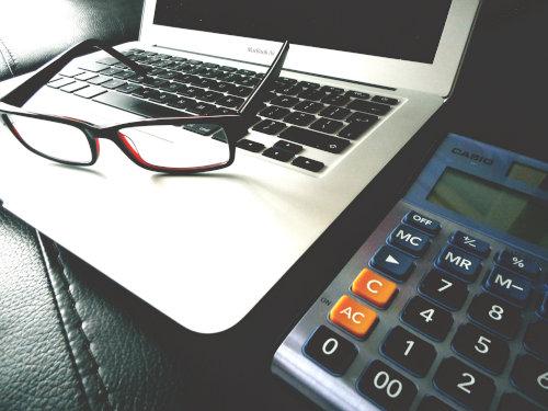 Otwarty laptop i kalkulator