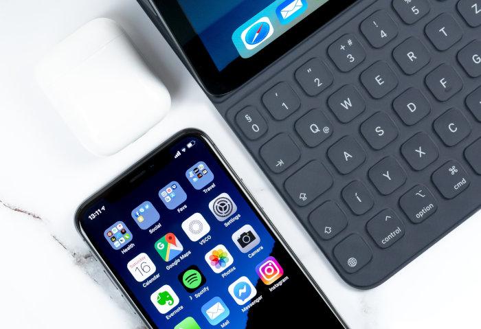 Smartphone leży obok laptopa