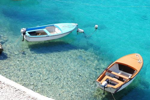 Dwie łódki pływają po morzu